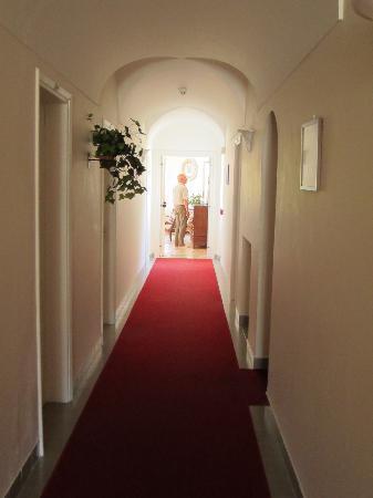Hotel Villa Sarah: Hallway to Room 36