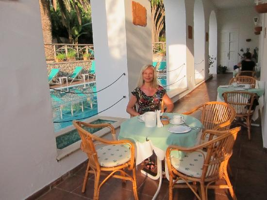 Hotel Villa Sarah: Breakfast alongside the Pool each day