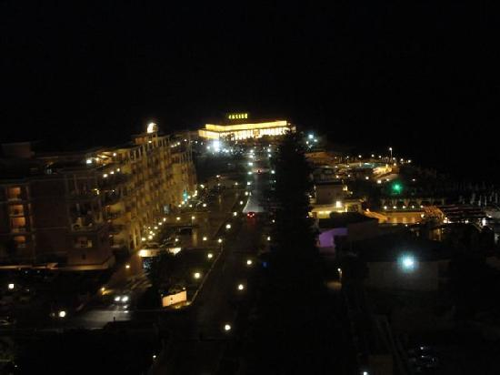 Golden Tulip Vivaldi Hotel: veduta notturna dalla terrazza panoramica