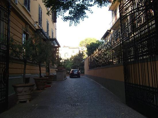 Hotel Albani Firenze: Patio/Drive which leads to the hotel's front door from the street