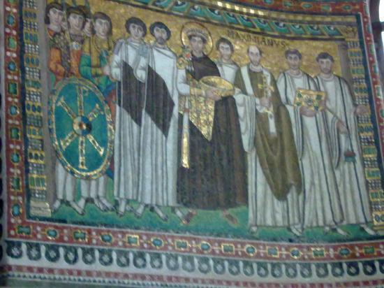 Basilica San Vitale: Mmosaic of Emperor Justinian and his retinue
