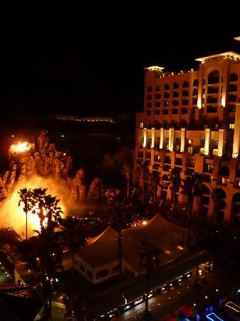 Lotte Hotel Jeju: Main building and 'volcano show'
