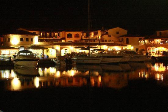 Hotel Lu Baroni: La piazzetta di Porto Ottiolu by night