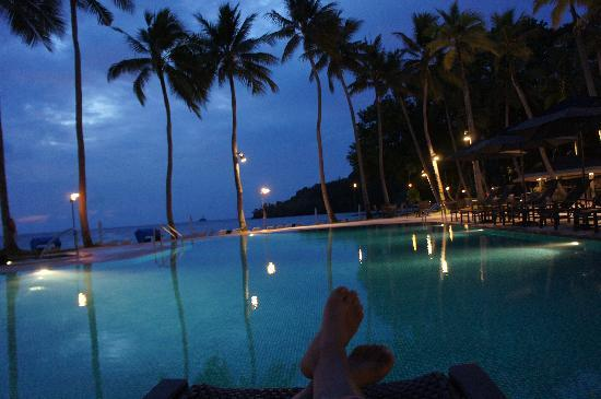 Palau Pacific Resort: 夜のプールからレストラン