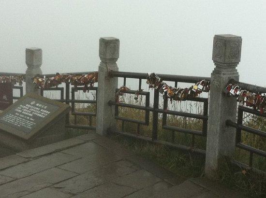 E'meishan Jinding Scenic Resort: Padlocks