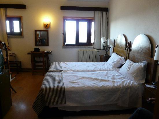Pousada de Manteigas Charming Hotel: Our bedroom in the Pousada