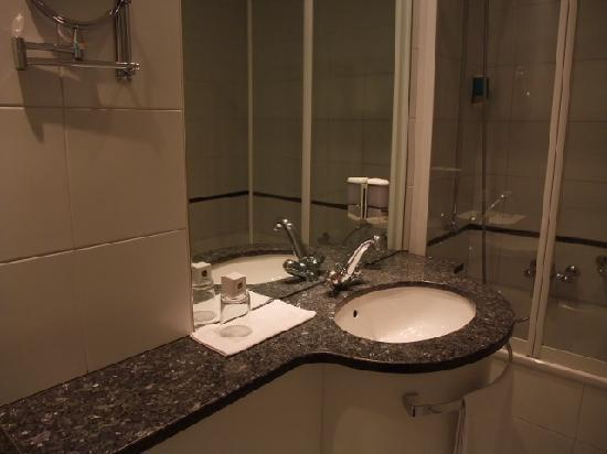 Hotel Bären am Bundesplatz: バスルーム、使いやすい