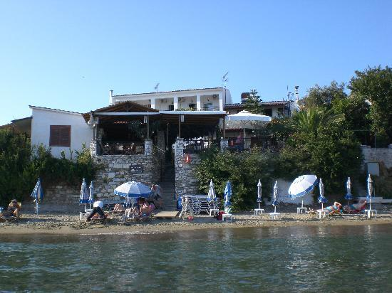 Hotel Megali Ammos House: Hotel from the sea.