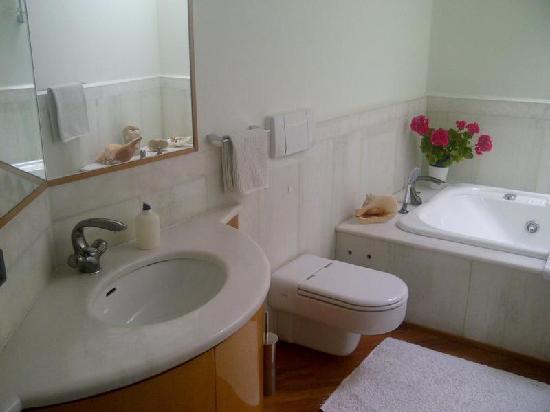 La Casa Rosa Suite: Bathroom
