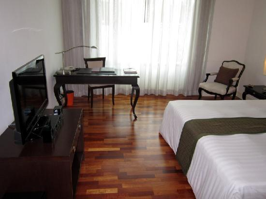 The Duchess Hotel and Residences: Nature Ville Resort: desk, bed, window