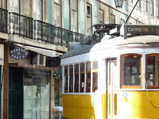 Pensao Prata: Entrée de la pension et le tram 12E