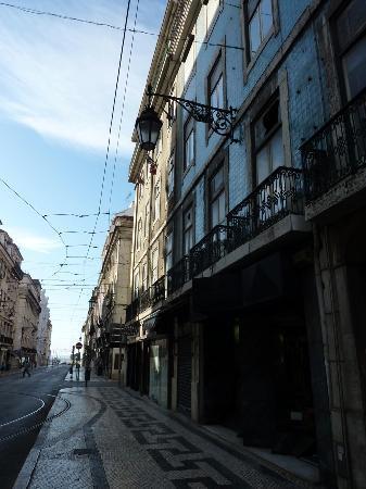 Pensao Prata: Entrée de la pension et le virage du tram 12E
