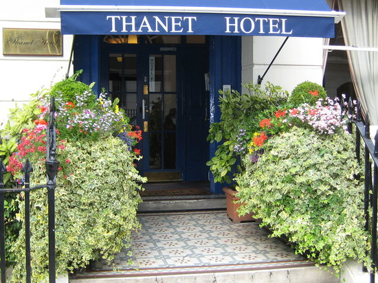Thanet Hotel: July garden, entrace to the Thanet