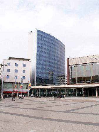 Lindner Congress Hotel: Sicht auf Hotel und Stadthalle vom Berliner Platz