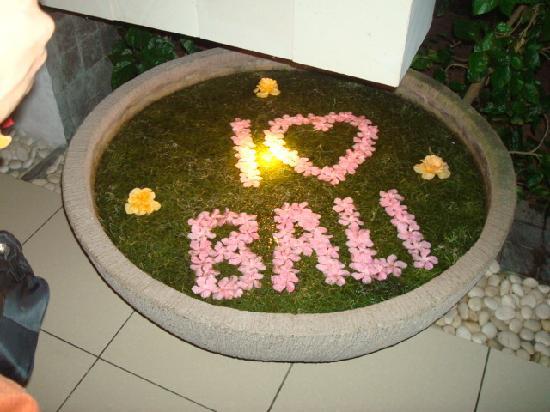 Bali Mandira Beach Resort & Spa: ロビー近くのお花