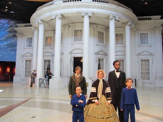 Abraham Lincoln Bibliotek og Museum: White House and Statues of the Family