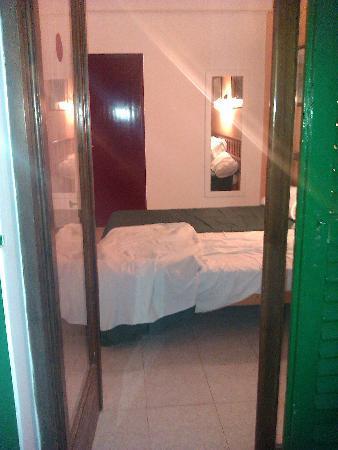 Hostal Valencia: balcony to bedroom