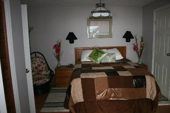 Cherry Point Place Oceanfront Suites: Queen bed with view