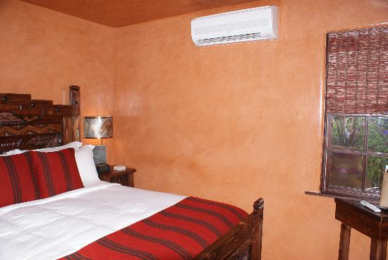 Antigua Inn: Queen Bed and air conditioner unit in Pueblo Room