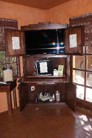 Antigua Inn: 3D TV (sack on table is filled with movies & the 3D glasses), Expresso Maker, ice bucket & glass