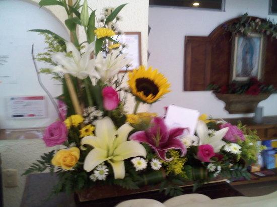 Hotel Posada Del Mar: Flowers in lobby