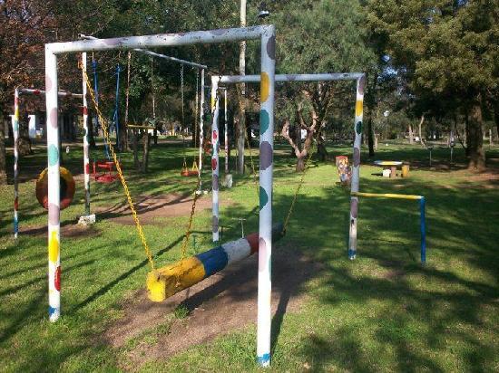 Juegos infantiles en refugio del solis, costa de oro, uruguay
