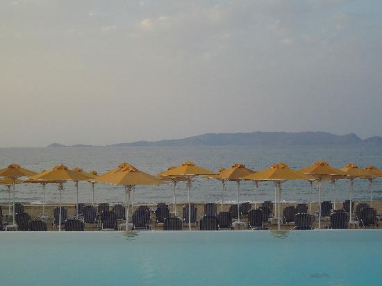 Karteros, Grækenland: Tramonto in piscina!!!!!