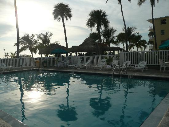 Outrigger Beach Resort: Sonnenuntergang am Pooldeck