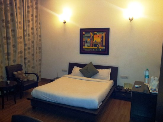 Hotel Pallavi West: The Bed