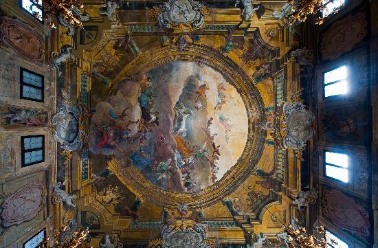 โรงแรมซากรีโด: Wow, what artwork on the ceilings there at Ca Sagredo!