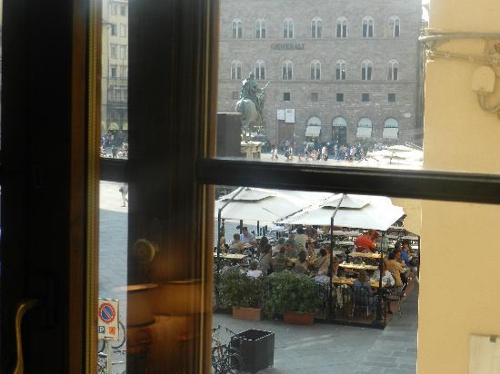 Residenza d'Epoca in Piazza della Signoria: Looking out window to Piazza della Signoria