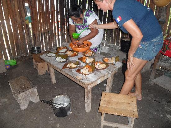 Les Tours de Mimi: le repas dans la famille maya à coba.