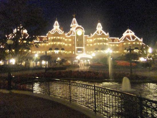 ดิสนีย์แลนด์ ปาร์ค: Disneyland hotel