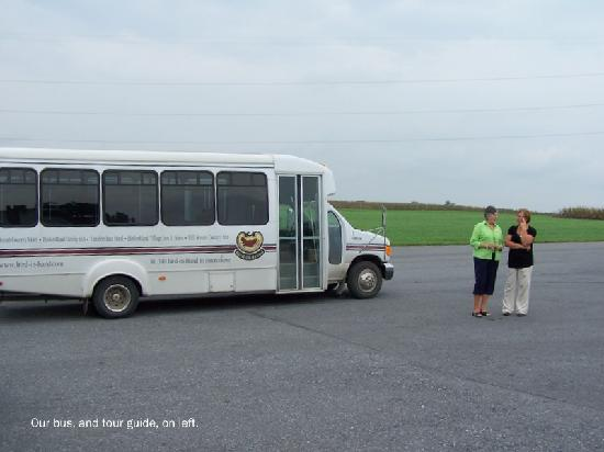 Amish Country Motel: Our mini bus and tour guide