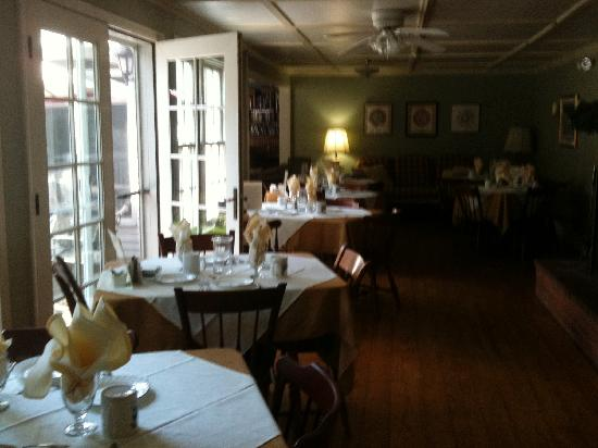 Snow Goose Inn: Dining room with french doors out to deck