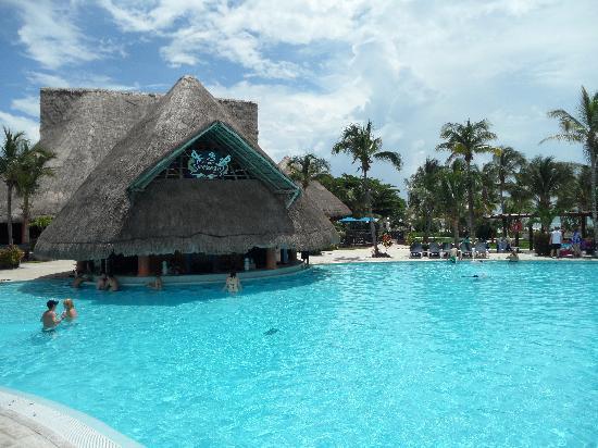 Barcelo Maya Caribe: bar de la piscine.