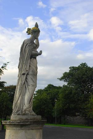 King's Inns: Statue in the drive