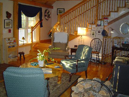Blueberry Fields Bed & Breakfast: The entrance is warm and welcoming with it's knotty pine and spacious cathedral ceilings.