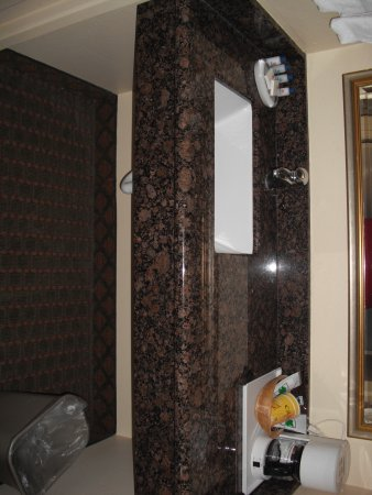 Aloha Inn: Sink with coffee maker