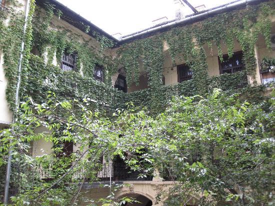 Casati Budapest Hotel: inside garden