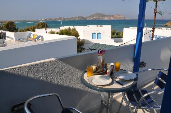 Studios Panos: Petit déjeuner sur notre balcon
