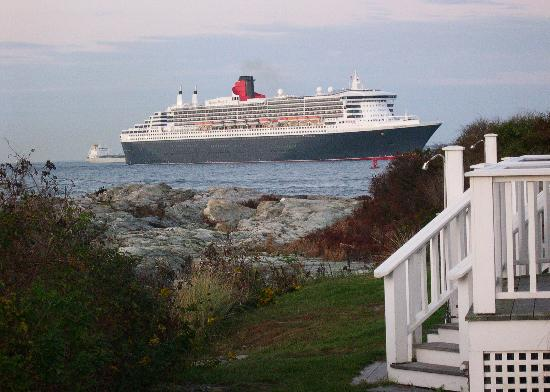 Castle Hill Inn: Queen Mary 2 passes the point