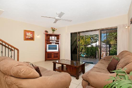 Glen Eden Beach Resort: 2 bedroom living