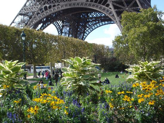 Hotel de Londres Eiffel: Gardens around the tower were beautiful