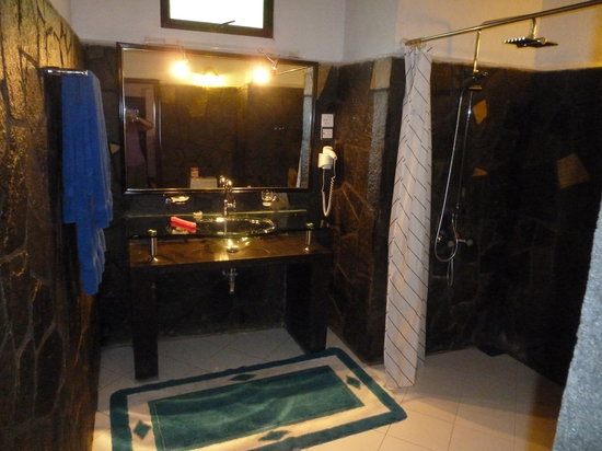 Flower Garden Hotel: Bathroom