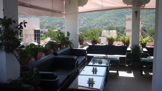 โฮเต็ล ไคชาน พาเลซ: rooftop restaurant with flatscreen tv for Bollywood films!