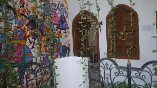 โฮเต็ล ไคชาน พาเลซ: Artwork adorning all the walls