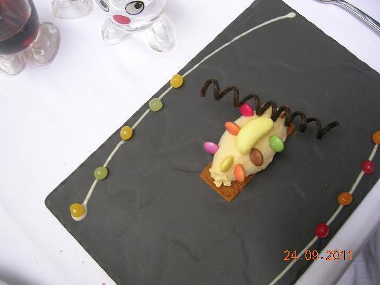 Restaurant Vincent Croizard : dessert enfant (sourie de glace avec smarties)