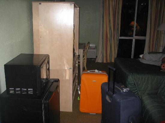 Floridian Express Hotel: fridge microwave and tele