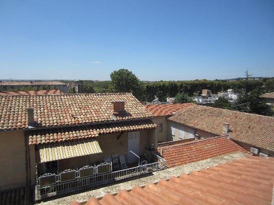 Adagio Aix-en-Provence Centre : view from our window, you can see the roof of the Casino Supermarket
